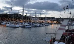 Hafenpromenade voll illuminiert